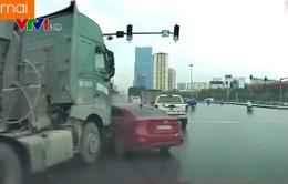 Đi vào điểm mù, ô tô con bị xe tải đâm xoay ngang đường
