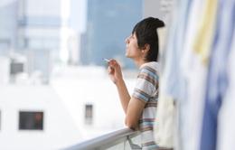 Ở nhà mùa dịch, vợ con chịu khổ vì khói thuốc lá từ chồng