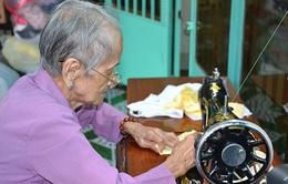 Cụ bà 98 tuổi may khẩu trang vải tặng người nghèo