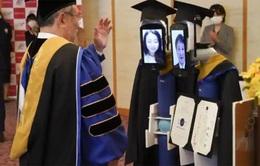 Lễ tốt nghiệp online, sinh viên ở nhà điều khiển robot lên nhận bằng thay