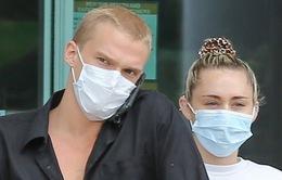 """Miley Cyrus và bạn trai """"tạm nghỉ"""" cách ly, ra ngoài mua hàng hóa"""