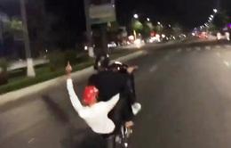 """Clip giao thông: """"Quái xế"""" bốc đầu xe, đi 1 bánh tốc độ cao trên đường phố Đà Nẵng"""