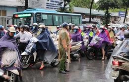 Hà Nội mưa trắng trời đầu giờ sáng, nhiều tuyến phố ùn tắc