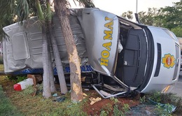 Ô tô 16 chỗ lao vào dải phân cách rồi lật nghiêng làm 4 người bị thương