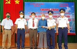 Cảnh sát biển hỗ trợ ngư dân khó khăn do dịch COVID-19