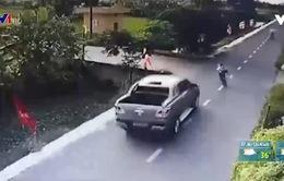"""VIDEO: Kinh hoàng """"xe điên"""" đâm bé trai đi học về rồi lao thẳng xuống mương"""