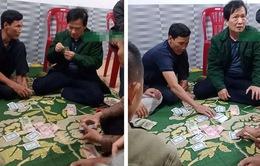 Cách chức Chủ tịch UBND xã tham gia đánh bạc