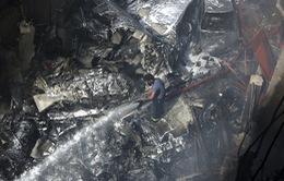 Pakistan: Máy bay chở gần 100 người rơi xuống nhà dân bốc cháy dữ dội, chưa thống kê được thương vong
