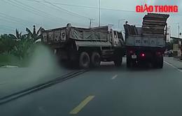 Xe tải vượt ẩu, va vào ô tô khác suýt gây họa cho người đi xe máy