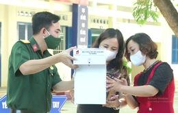 Khánh Hòa: Tặng máy phun dung dịch rửa tay tự động cho các trường học