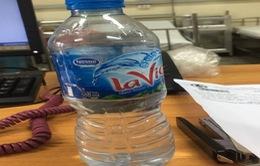 Trẻ viêm phổi, xuất huyết tiêu hóa do uống nhầm chất tẩy trắng đựng trong chai nước