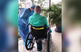 [VIDEO] Bệnh nhân 91 cầm bút viết vào bảng, ngồi xe lăn ra ngoài phơi nắng