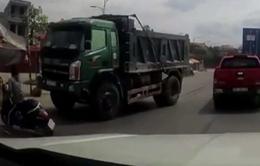 Người phụ nữ suýt chui gầm xe tải vì sang đường ẩu