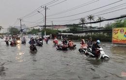 TP.HCM: Mưa lớn, nhiều tuyến đường ngập như sông, 4 người thương vong do cây đổ