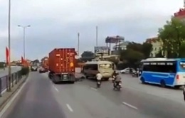 Thoát chết trong gang tấc khi bị cuốn vào gầm xe container