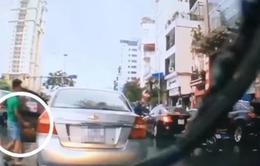"""Ngán ngẩm thanh niên đi ô tô tranh thủ """"hôi"""" chùm vải rơi giữa đường"""