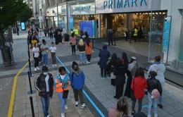 Mở cửa lại các cửa hàng không thiết yếu: Cú hích cho nền kinh tế Anh