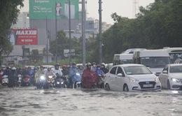 """TP.HCM mưa lớn giờ tan tầm, xe cộ """"vật vã"""" giữa biển nước"""