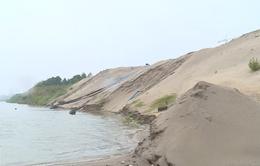 """""""Cát tặc"""" trên sông Hồng: Bố trí người cảnh giới, chào mời mua cát"""
