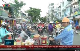 Nghịch lý biến đường giao thông thành nơi họp chợ