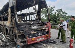 Xe khách giường nằm cháy trơ khung, 11 người thoát chết
