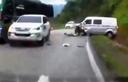 Clip: Vượt ẩu, xe khách vỡ tung đầu, xoay ngang đường trong chớp mắt