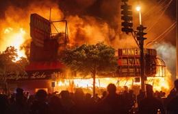 """Người Mỹ trong vòng xoáy của """"cơn bão kép"""""""