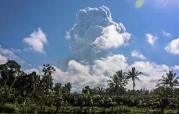 Núi lửa phun trào tro bụi 6km, Indonesia ra cảnh báo hàng không mức cao nhất