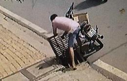 Thanh niên trộm nắp cống ở Bình Dương - Ý thức ở đâu?