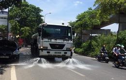 """Đường phố Hà Nội được """"tắm mát"""" giữa trời nắng nóng, lập tức giảm 3-6 độ C"""