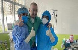 Bệnh nhân 91 đã tự đi được vài bước, Đại sứ Anh cảm ơn y bác sĩ