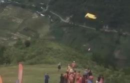 Phi công người Nga rơi từ độ cao 20m trong lễ hội dù lượn ở Yên Bái
