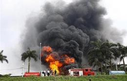 Cháy kho hóa chất 500m2 ở Long Biên, khói đen ngùn ngụt