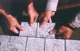 Những viên đá hoa cương đầu tiên được lát trên vỉa hè hồ Hoàn Kiếm