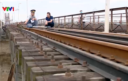 """Mục sở thị công việc """"chăm sóc"""" cây cầu Long Biên hơn 100 năm lịch sử"""