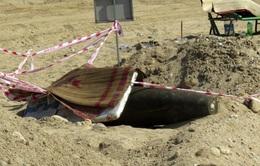 """Quả bom 500kg dưới sông: Vì sao 3 ngày """"phơi nắng"""" chưa xử lý?"""