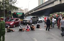 Cả tuyến đường ùn tắc vì gia đình nạn nhân kéo đến hiện trường vụ tai nạn... 1 năm trước