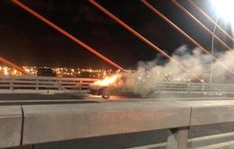Xe Mercedes bốc cháy dữ dội trên cầu Bạch Đằng