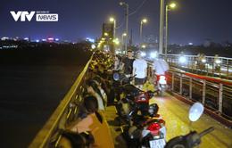 Hàng trăm người dựng xe, ngồi hóng mát gây cản trở giao thông trên cầu Long Biên