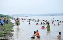 Bất chấp nguy hiểm, người dân Thủ đô chen nhau đi tắm ở sông Hồng