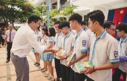 """Cựu """"học sinh cá biệt"""" Xuân Nghị trao 63 suất học bổng tại trường cũ"""
