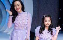 Con gái BTV Hoài Anh rạng rỡ trên sàn catwalk cùng mẹ