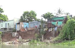 Hàng trăm hộ dân hoang mang vì có nguy cơ trôi hết nhà cửa xuống sông