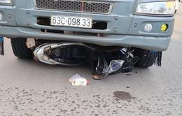 Ô tô tải cuốn xe máy vào gầm, 2 mẹ con tử vong