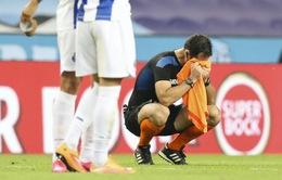 Trọng tài bật khóc trong trận đấu cuối cùng của mình