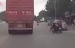 Phóng nhanh gây tai nạn, nam thanh niên suýt chui gầm xe container