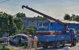 Tàu hỏa va chạm với xe taxi, 3 người thương vong