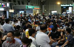 Hành khách đổ về sân bay Đà Nẵng rời khỏi thành phố ngay trong đêm