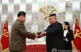 Nhà lãnh đạo Kim Jong-un thăm nghĩa trang liệt sĩ, tặng súng cho chỉ huy quân đội