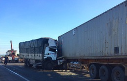 Xe tải đối đầu xe container, 3 người thương vong